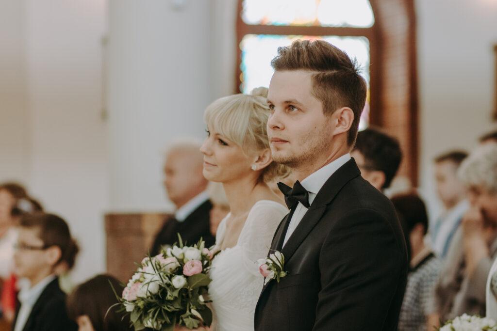 Para młoda w kościele kielce