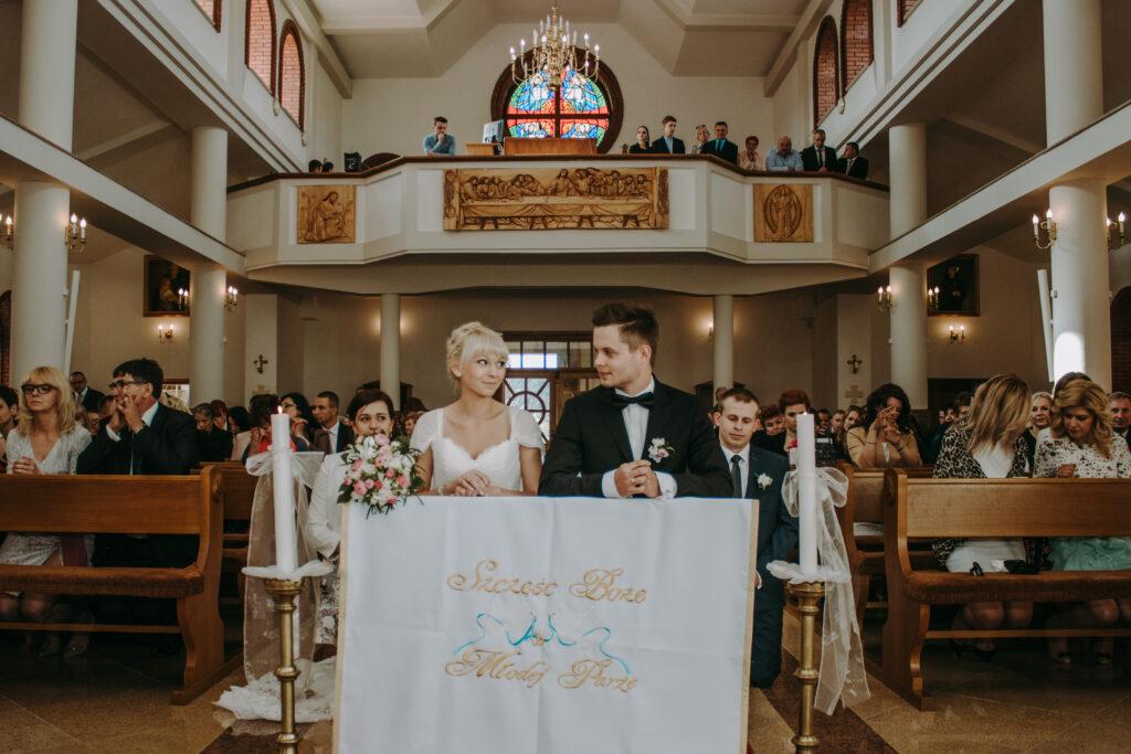 Para młoda w w kościele w Białogonie
