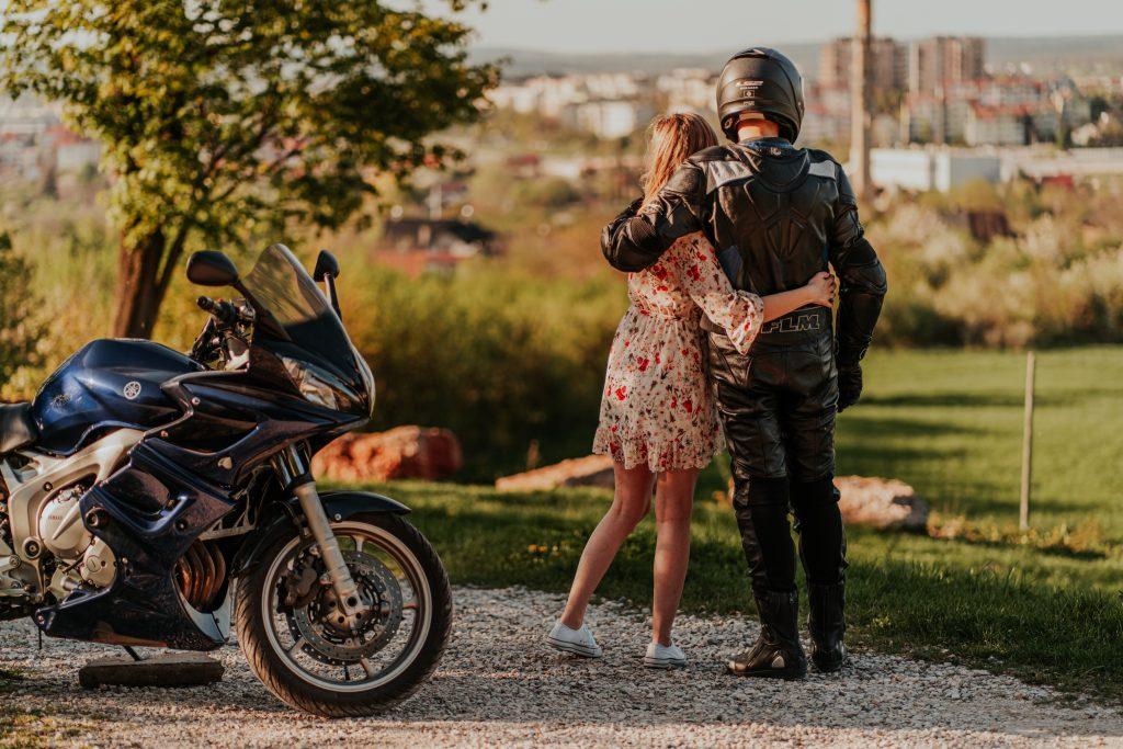 sesja narzeczeńska z motocyklem